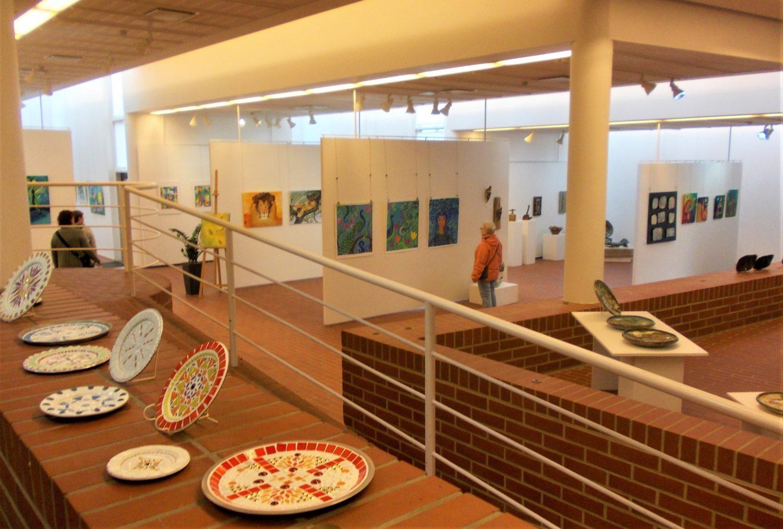 Viiden naistaiteilijan Salaisuuksien puutarha -näyttely Kuusankoskitalon Galleriassa innostaa taideostoksille ja vahvistaa taitavasti 400 neliön näyttelysalin tyylikkyyttä 2