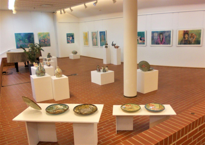 Viiden naistaiteilijan Salaisuuksien puutarha -näyttely Kuusankoskitalon Galleriassa innostaa taideostoksille ja vahvistaa taitavasti 400 neliön näyttelysalin tyylikkyyttä 1