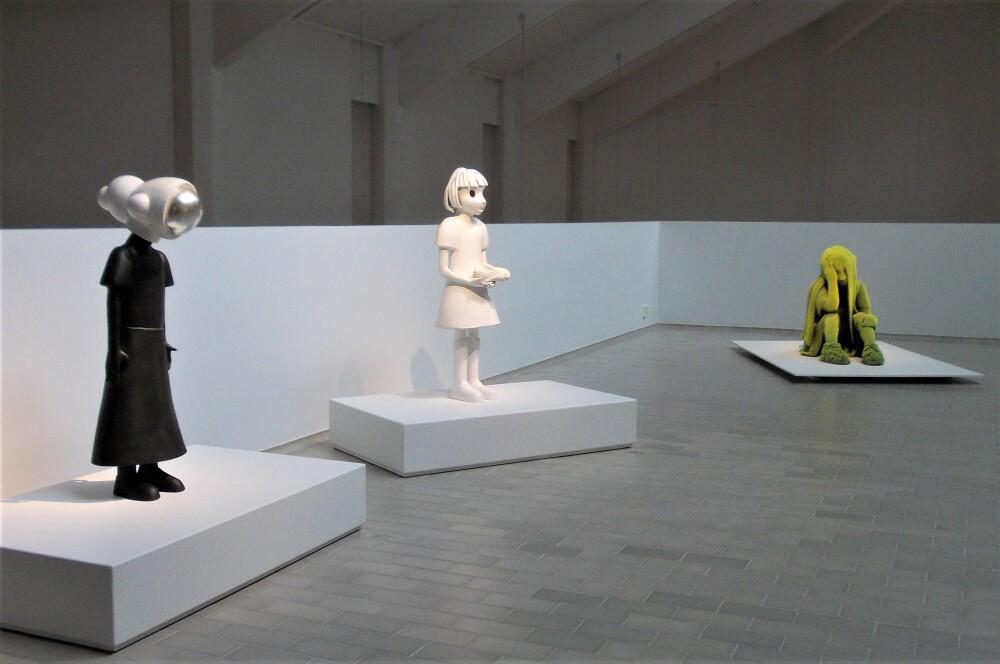 Kim Simonssonin keramiikkaveistosten ryhmä Luonnon edestä-näyttelyssä. Näyttelysalista otettu kuva: Pekka Hyvärinen