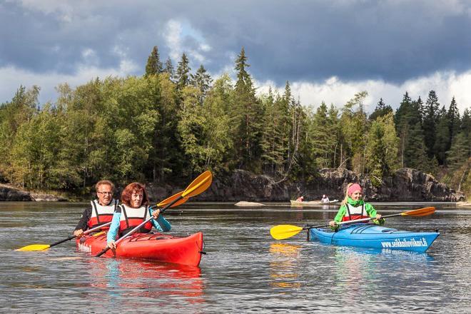 Seikkailuviikari Oy:n kanoottiretkeilijöitä Kymijoen Ahvionkoskilla