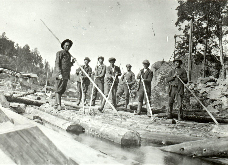 Tukinuittajia Verlankoskella 1920-luvulla.  Kuva: Verlan tehdasmuseo