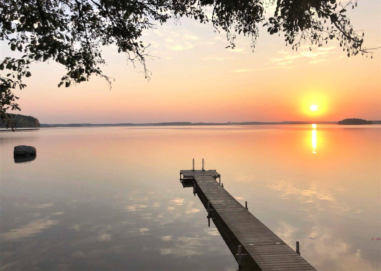 Auringonnousu Urajärven Radalla Resort -hotellin rannalta