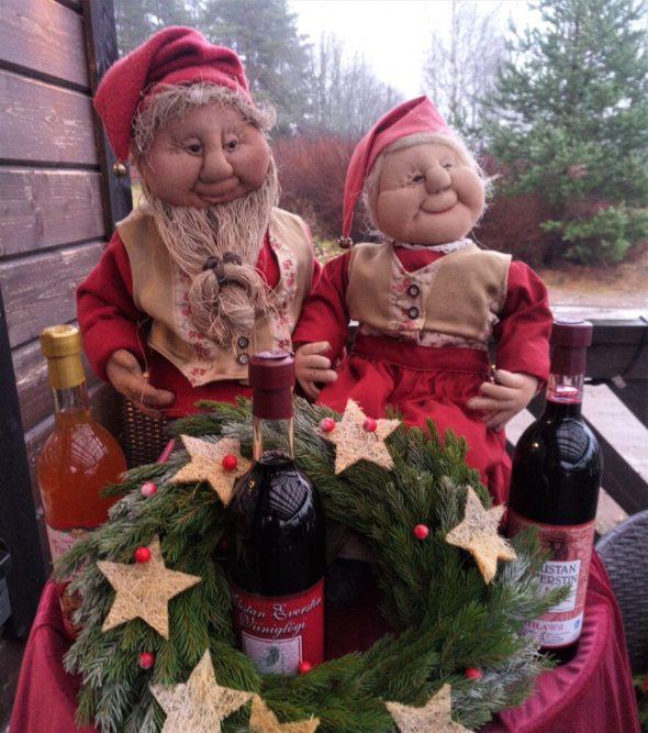 Mustilan Viinipuoti Elimäellä on täytetty joulunajan juomilla, hilloilla, hyytelöillä, sinapeilla ja muilla juhlaherkuilla 23.12. asti ma-la klo 9-17 ja su 10-18 1