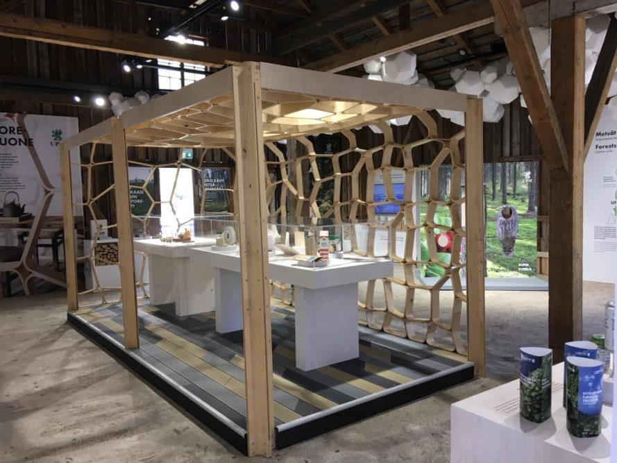 UPM Biofore-kesänäyttely ja tehdasmuseo ovat avoinna Verlassa 30.9. asti. Metsätietopolulla voi ihailla Verlan järvialueen luontoa ja hankkia tietoutta metsänhoidosta. 1