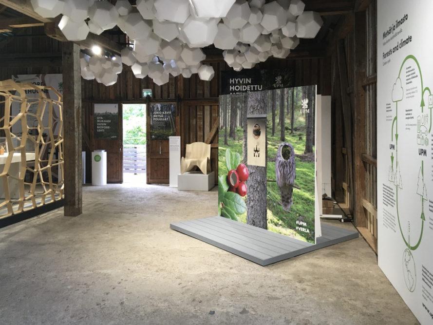 UPM Biofore-kesänäyttely ja tehdasmuseo ovat avoinna Verlassa 30.9. asti. Metsätietopolulla voi ihailla Verlan järvialueen luontoa ja hankkia tietoutta metsänhoidosta. 2