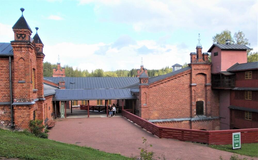 UPM Biofore-kesänäyttely ja tehdasmuseo ovat avoinna Verlassa 30.9. asti. Metsätietopolulla voi ihailla Verlan järvialueen luontoa ja hankkia tietoutta metsänhoidosta. 4